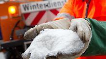 In den Gemeinden darf der Winterdienst geregelte Mengen Salz streuen. Für Bürger gelten dagegen sogar lokale Streuverbote.