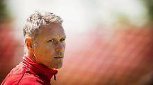 """""""Der Schiedsrichter pfeift, dann läuft der Spieler aus 25 Metern auf den Torwart zu"""": Marco van Basten."""