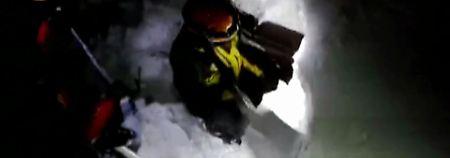 """Das von Rettungskräften veröffentliche Videostandbild zeigt Retter, die sich durch den Schnee den Weg ins Innere des Hotels """"Rigopiano"""" schaufeln."""