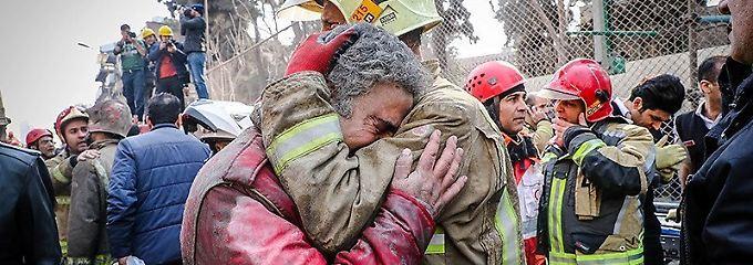 Feuerwehrleute in Teheran vermisst: Dutzende Menschen bei Brand verschüttet