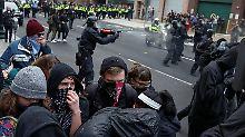 Randale in in der US-Hauptstadt: Die Polizei geht mit Pfefferspray und Schlagstöcken gegen teils vermummte Trump-Gegner vor.