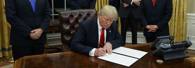 """Trump unterzeichnete die Ernennungsurkunden der beiden """"amerikanischen Helden""""."""