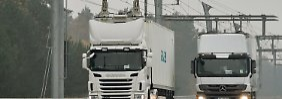 """Bewährte Technik: Mit abgesenktem Stromabnehmer überholt ein Lkw einen zweiten """"Summi"""" auf der Teststrecke in Groß Dölln in Brandenburg."""