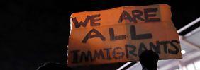 """""""Wir sind alle Immigranten"""", heißt es auf diesem Schild eines Demonstranten auf dem New Yorker Flughafen """"John F. Kennedy""""."""