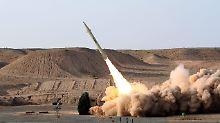 ARCHIV - HANDOUT - Das vom iranischen Verteidigungsministerium heraus gegebene Foto zeigt den Start einer Fateh-Kurzstreckenrakete am 25.08.2010 an einem unbenannten Ort im Iran. (zu dpa ««Welt»: Iran testet erstmals selbst hergestellten Marschflugkörper» vom 02.02.2017) Foto: Vahid Reza Alaie/IRANIAN DEFENCE MINISTRY/epa/dpa +++(c) dpa - Bildfunk+++