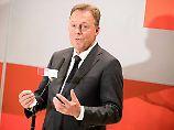 Thomas Oppermann fordert neben einem besseren Schutz der EU-Außengrenzen auch legale Zugänge für Migranten.