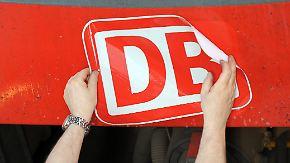 ARCHIV- Ein Mann klebt am 08.08.2012 in Düsseldorf an einer S-Bahn im Deutsche Bahn Regio Werk ein neues DB-Logo an. Der Aufsichtsrat-Personalausschuss der Deutschen Bahn tagt am 06.02.2017 bei einer außerordentlichen Sitzung in Berlin zur Nachfolge von Ex-Bahnchef Rüdiger Grube. Foto: Caroline Seidel/dpa +++(c) dpa - Bildfunk+++