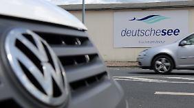 ARCHIV - VW-Fahrzeuge fahren am 02.07.2016 am Betriebsgelände des Fischunternehmens «Deutsche See» in Bremerhaven (Bremen) vorbei. Die Fischmanufaktur plant im Rahmen des Abgasskandals für Dieselfahrzeuge eine millionenschwere Klage wegen arglistiger Täuschung gegen den Volkswagen-Konzern. Die Firmenfahrzeuge der Marke VW können die vorgeschriebenen Abgaswerte nicht einhalten. Der Mittelständler wirft dem Autobauer vor Absprachen für gemeinsame Nachhaltigkeitsprojekte nicht eingehalten zu haben. (zu dpa «Erster deutscher Großkunde verklagt VW im Abgasskandal» vom 05.02.2017) Foto: Ingo Wagner/dpa +++(c) dpa - Bildfunk+++