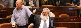 Daumen hoch für die Entscheidung von Israels stellvertretendem Verteidigungsminister Eli Ben-Dahan (vorne).