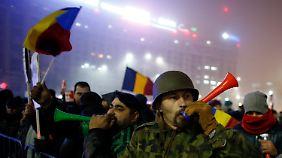 Demonstranten benutzen Lärminstrumente während eines Protestes gegen die rumänische Regierung am 06.02.2017 in Bukarest. Zehntausende Rumänen protestieren seit Tagengegen die Regierung. Sie werfen der Regierung vor, den Kampf gegen die Korruption auszubremsen. Foto: Darko Bandic/AP/dpa +++(c) dpa - Bildfunk+++