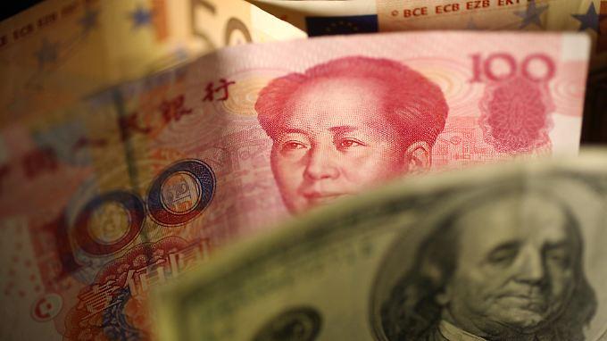 Chinas Währungsreserven schrumpfen zunehmend, weil immer mehr Anleger Geld abziehen.