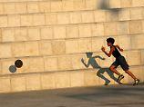 Palästinenser-Junge spielt Fußball