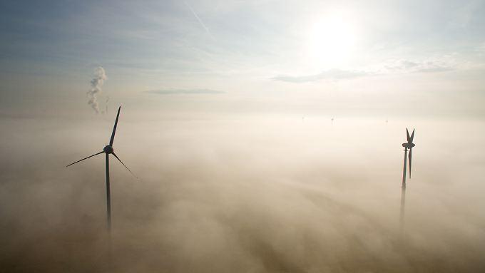 Nebel und Windstille - bei diesem Mix liefern Solar- und Windkraftanlagen kaum Energie.