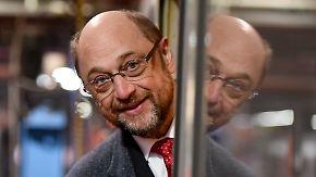 Der designierte SPD-Kanzlerkandidat Martin Schulz blickt am 07.02.2017 im Bahn-Werk Neumünster (Schleswig-Holstein) aus einem Waggon. Foto: Carsten Rehder/dpa +++(c) dpa - Bildfunk+++