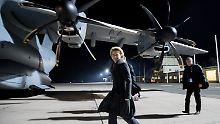 dpatopbilder - Bundesverteidigungsministerin Ursula von der Leyen (CDU) reist am 07.02.2017 von Berlin-Tegel nach Rukla in Litauen zu einem Besuch der Bundeswehrsoldaten mit dem Airbus A400M der Luftwaffe. Die Bundeswehr führt in Litauen ein Nato-Bataillon zur Abschreckung Russlands. Litauen fühlt sich wie die beiden anderen baltischen Staaten und Polen durch den mächtigen Nachbarn Russland bedroht. Foto: Kay Nietfeld/dpa +++(c) dpa - Bildfunk+++