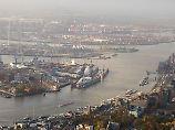 """ARCHIV - Blick am 08.11.2015 in Hamburg auf den Hafen mit der Werft Blohm + Voss (l), Containerterminals (oben), dem Sankt Pauli Fischmarkt (oben, r), dem Stadtteil Sankt Pauli (r) und den Sankt Pauli Landungsbrücken (unten, M). Das Bundesverwaltungsgericht in Leipzig wird am 9. Februar 2017 über die Elbvertiefung entscheiden. (zu dpa """"Leipziger Richter entscheiden Streit über Elbvertiefung"""" vom 09.02.2017) Foto: Daniel Bockwoldt/dpa +++(c) dpa - Bildfunk+++"""
