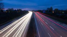 ARCHIV - Autos fahren am 17.04.2016 bei Dresden (Sachsen) über die Autobahn 4 und hinterlassen Lichtspuren (Effekt durch Langzeitbelichtung). Am 18.04.2016 informiert der sächsische Rechnungshof mit einer Pressekonferenz über die Straßeninfrastruktur inSachsen. +++(c) dpa - Bildfunk+++