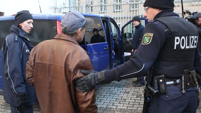 Insgesamt wurden im vergangenen Jahr 25.375 Menschen aus Deutschland abgeschoben - deutlich mehr als im Jahr 2015.