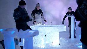 Die glasklaren Instrumente werden durch Lichteffekte in Szene gesetzt.
