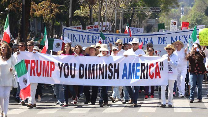 """""""Trump, du machst Amerika kleiner!"""", war auf einem der Banner zu lesen."""