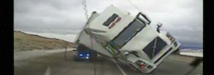 Kaum zu glauben, aber wahr: Windböe schleudert Truck auf Polizeiauto