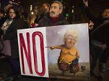 Demonstranten protestieren in London gegen Trump