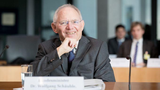 Gut gelaunt trotz harter Vorwürfe: Finanzminister Schäuble kann keine Versäumnisse bei sich oder seinem Ministerium erkennen.