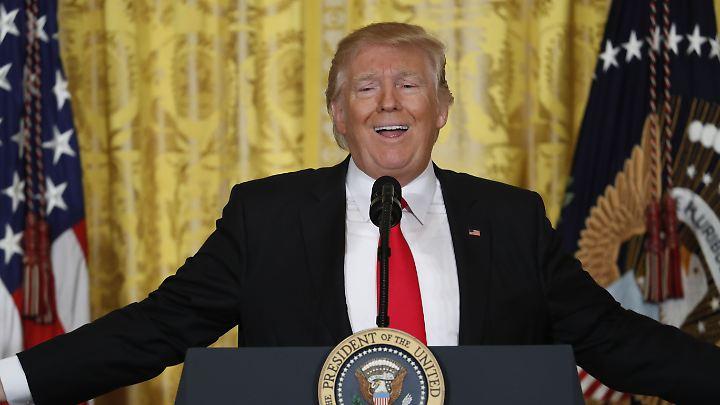 Donald Trump bei der kurzfristig anberaumten Pressekonferenz - manchmal gingen die Mundwinkel sogar nach oben.