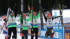 Die Damen-Staffel kämpft in Hochfilzen um eine Biathlon-Medaille.