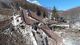 """Vier Wochen nach Lawinenunglück: Drohen-Bilder zeigen Ausmaß der Zerstörung von Hotel """"Rigopiano"""""""