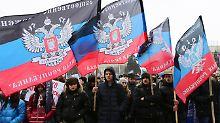 Anhänger der prorussischen Separatisten demonstrieren in Donezk.