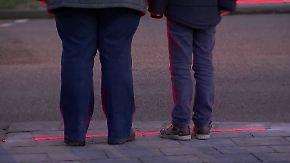 """Zum Schutz für """"Smombies"""": Niederländische Stadt installiert Bodenampeln"""