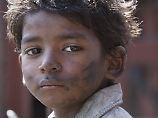 Der kleine Saroo geht verloren. Er hat einen langen Weg nach Hause vor sich.