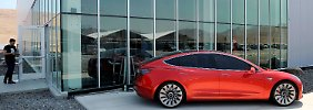 Ein Model 3 steht vor Teslas neuer Batteriefabrik in Nevada.