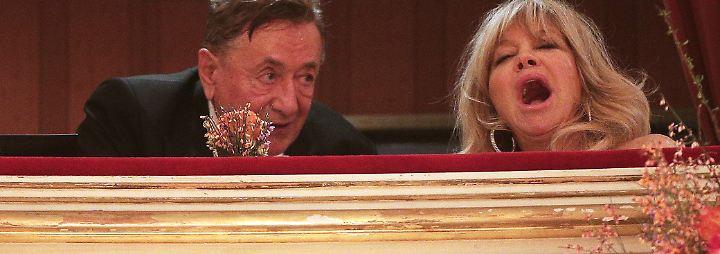 """Lugner will """"Spatzi"""" nicht sehen: Goldie gähnt sich durch den Opernball"""