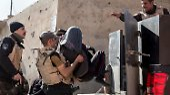 Zudem nehmen die irakischen Sicherheitskräfte an, dass IS-Kämpfer mit Sprengstoffgürteln rund den Flughafen postiert sind.