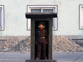 Ein Soldat an der Grenze zwischen China und Nordkorea