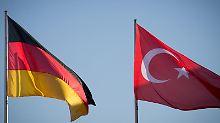 Viele in Deutschland lebende Türken werden offenbar vom türkischen Geheimdienst ausspioniert.
