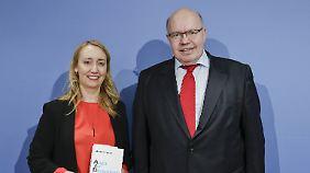 Kanzleramtsminister Altmaier mit Autorin Amann