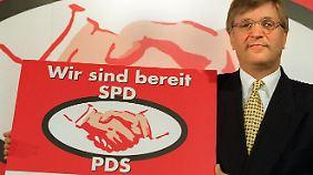 Peter Hintze zeigt 1998 ein Wahlplakat der CDU.