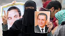 Eine Anhängerin von Husni Mubarak bejubelt den Freispruch des ägyptischen Ex-Präsidenten.