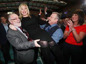 Michelle O'Neill lässt sich für ihren gewonnenen Parlamentssitz feiern - auch wenn ihre Partei Sinn Fein nur die zweitmeisten Stimmen errang.