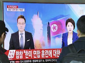 Südkoreaner verfolgen in Seoul einen TV-Bericht über die nordkoreanischen Raketentests.