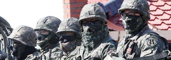 17.000 US-Soldaten und 300.000 Angehörige der südkoreanischen Armee sind daran beteiligt. Die Manöver dauern bis Ende April.