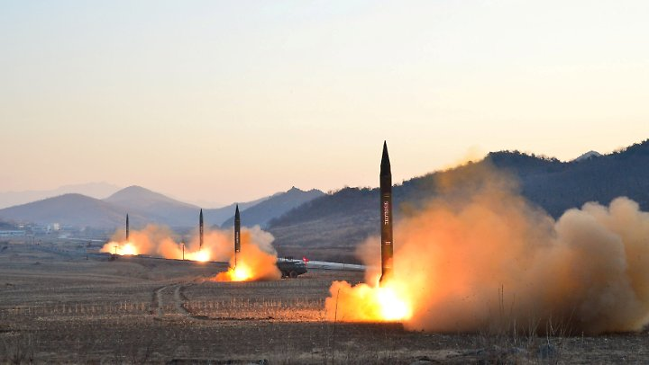 Nordkoreanische Raketen werden bei einem Test abgefeuert.