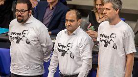 Drei Grünen-Politiker protestierten im Bundestag mit T-Shirts gegen die Inhaftierung Yücels.