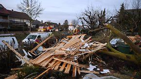 Abgedeckte Dächer, verwüstete Gärten: Tornado richtet Schäden in Unterfranken an