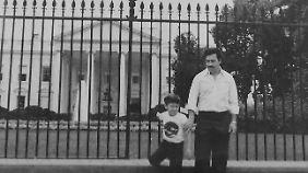 Juan mit seinem Vater vor dem Weißen Haus in der US-Hauptstadt Washington. Das Foto ist undatiert, aber vermutlich aus den frühen 1980er-Jahren.