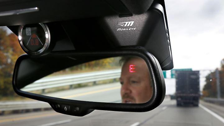 Mobileye stellt Kamerasysteme für Autos her, die den Fahrer zum Beispiel vor möglichen Zusammenstößen warnen.