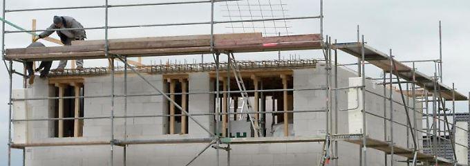 Wenn Bekannte oder Freunde beim Hausbau mithelfen, müssen Bauherren die Personen zeitnah bei der zuständigen Bauberufsgenossenschaft melden.